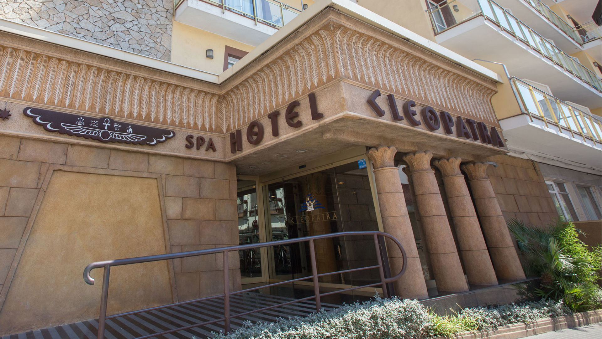 3937a-foto-entrada-hotel-cleopatra.jpg